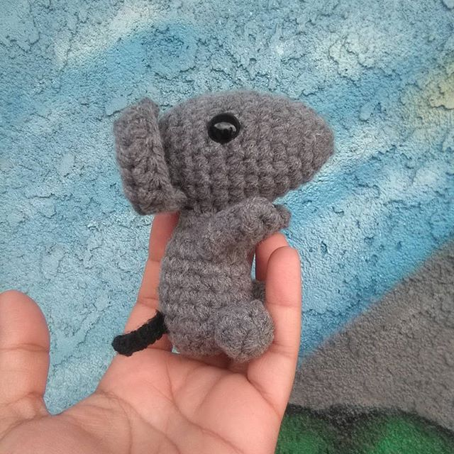 Happy Monday friends! .I made a cute little mouse using @ohanacraft free pattern. .2020 is the year of the rat 🐀.This grey cutie is my son's, my daughter is waiting on me to make hers in white. I'm off to crochet more, have a great one! ..#crochet #amigurumi #handmadegifts #yarntoys #yearoftherat